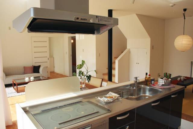 一軒家のオープンキッチンとリビングルーム
