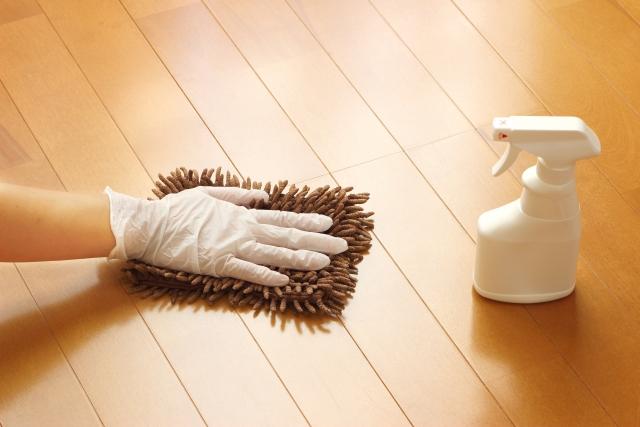 雑巾と洗剤を使って床掃除