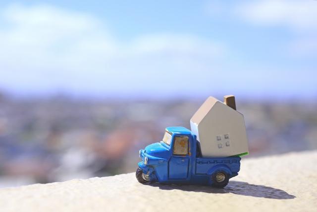 家の模型を運ぶトイカー