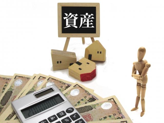 資産と電卓と紙幣