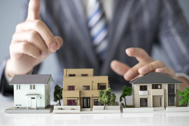 住宅街の模型とビジネスマン