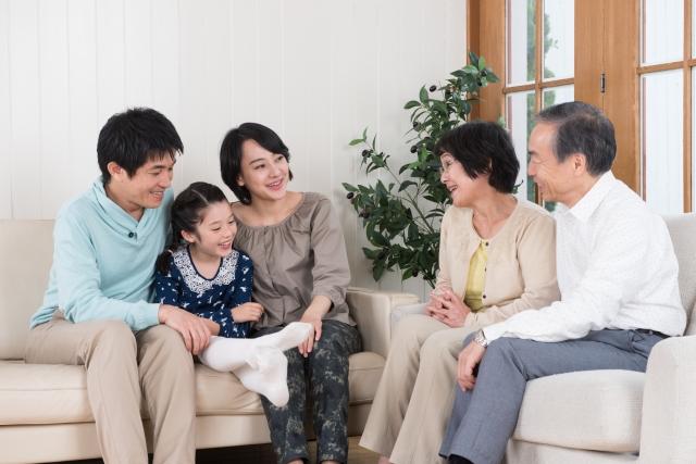 談笑する3世帯家族