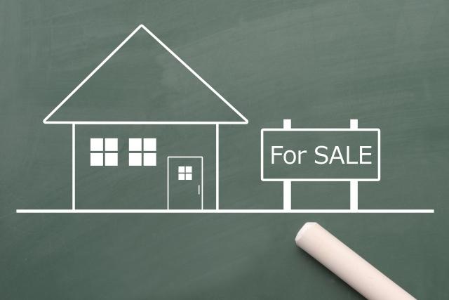 黒板に描かれた販売中の家のイメージ