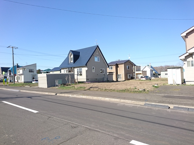 ニュータウンの家と空き地