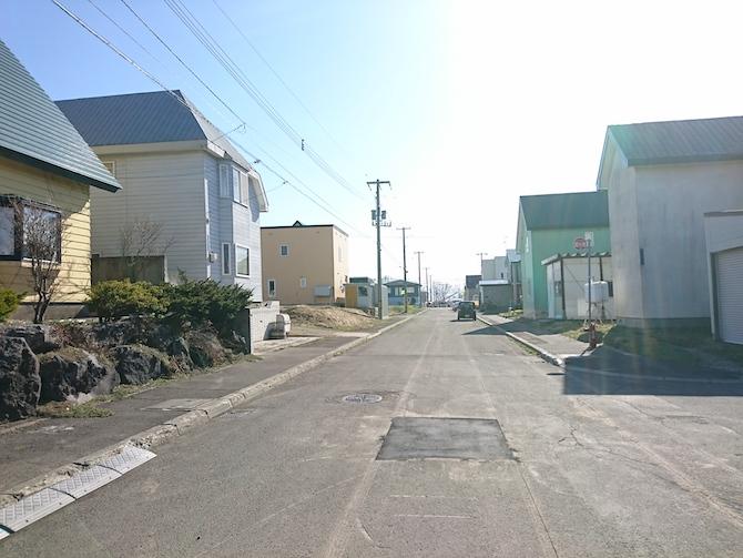 ニュータウンの小さな道路