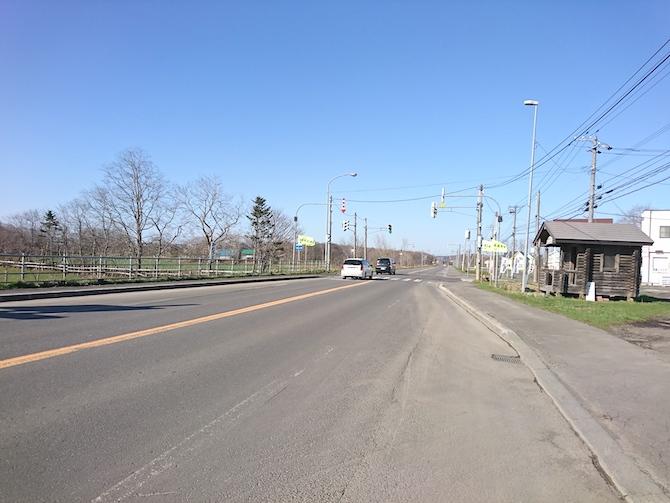 トーメン団地バス停前の道路