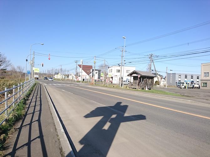 大きな道路と看板の影