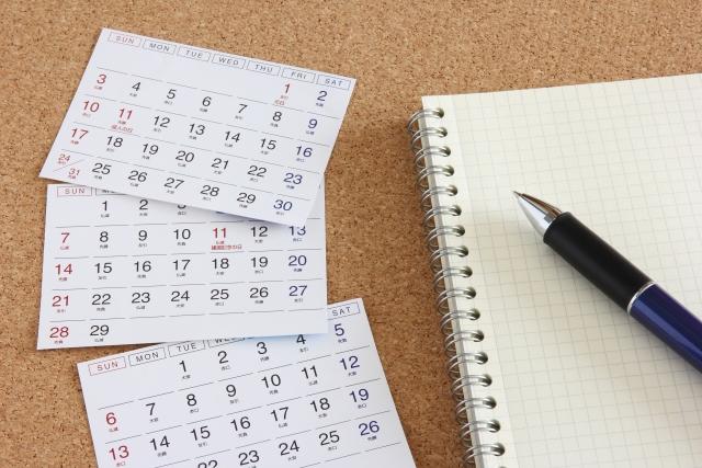 カレンダーとノートとペンのイメージ