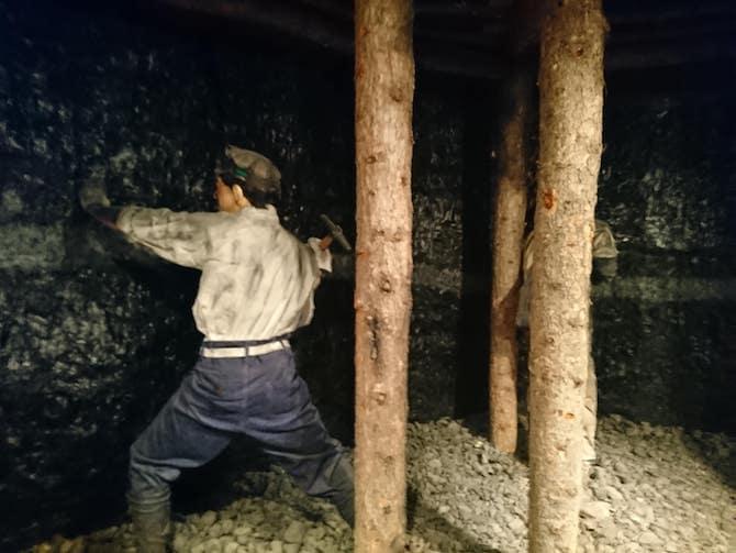 炭鉱で働く男性