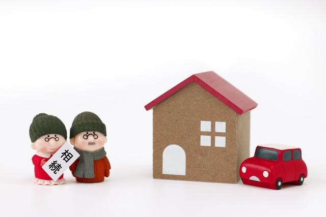 家の模型と相続で悩むシニア夫婦の人形