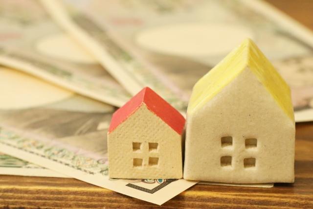 家の模型と紙幣