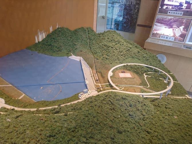 横に見る朝里ダムの模型