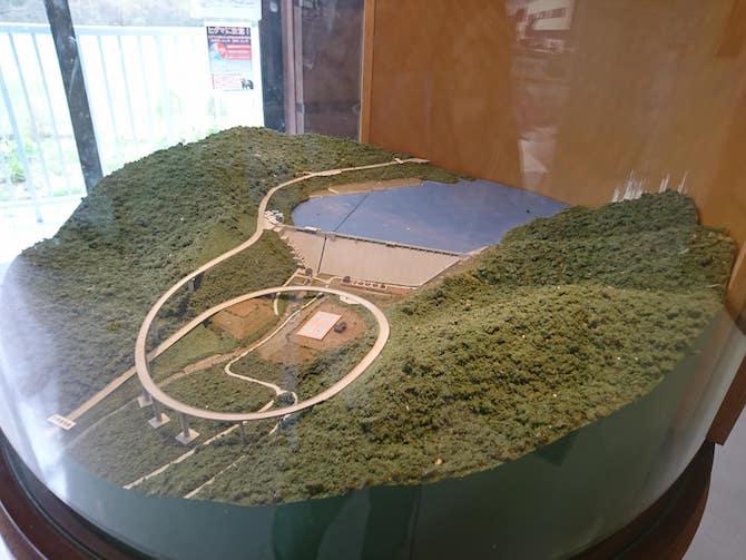 縦に見る朝里ダムの模型