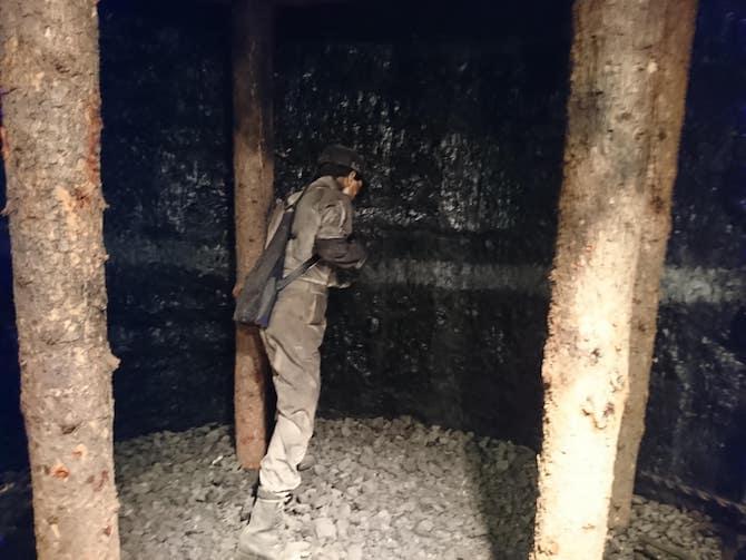 採炭する男性