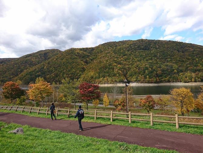湖畔の散策路と紅葉
