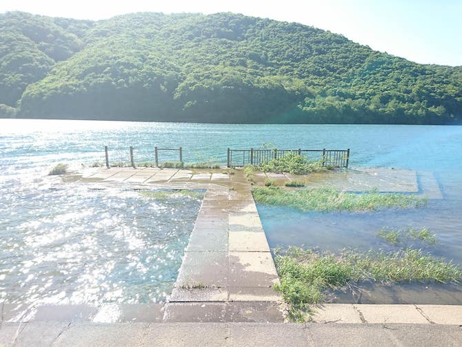 湖面の透明度が高い朝里ダム