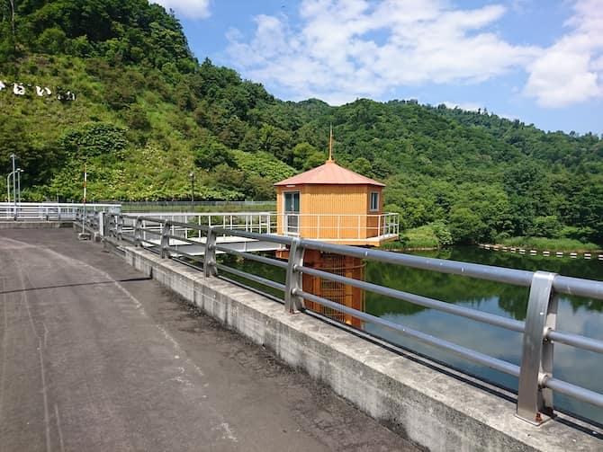 美唄ダムの貯水池と管理棟