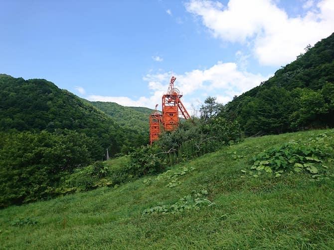 オレンジ色の竪坑櫓