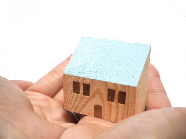 手のひらの上のミニチュアの家