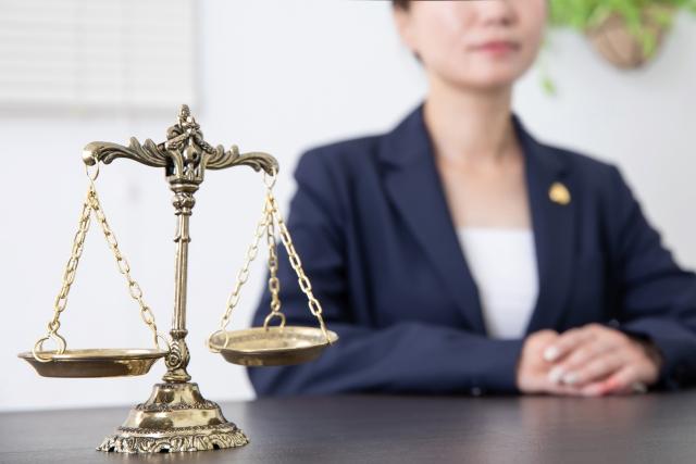 女性弁護士と天秤