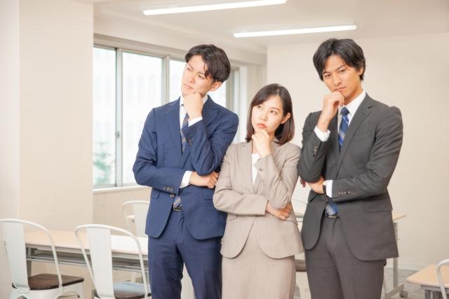 悩む三人のビジネスパーソン
