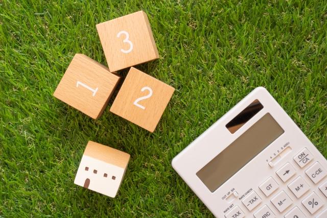 電卓と家と番号が書かれたブロック