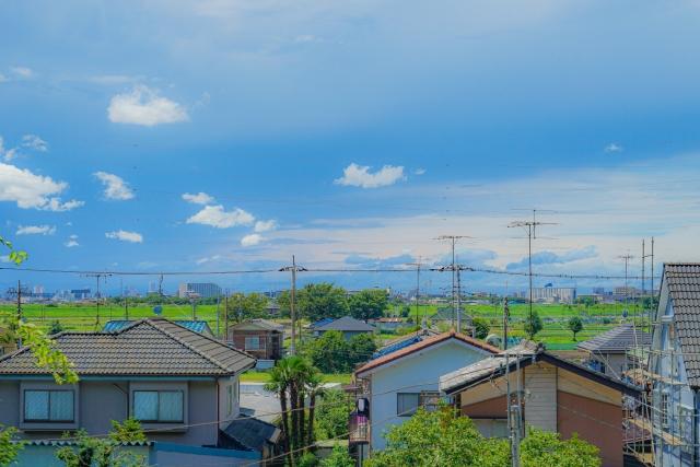 住宅街と青空