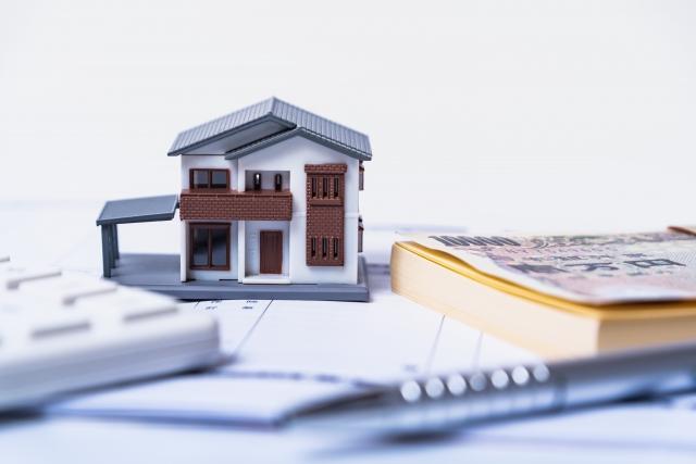 ミニチュアの家とお金と電卓
